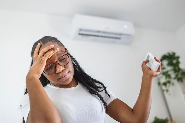 Женщина с головной болью с помощью кондиционера