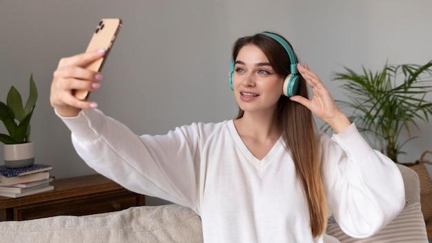 ヘッドフォンと携帯電話を持つ女性