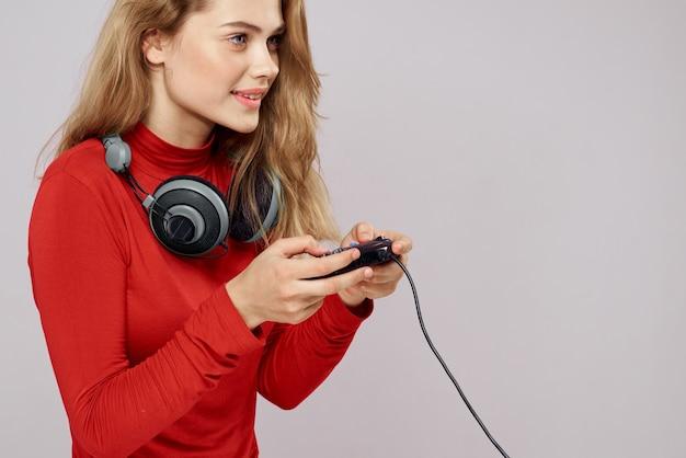 Женщина с контроллером наушников в руках