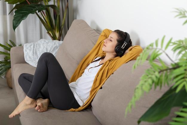 헤드폰 음악 듣는 여자