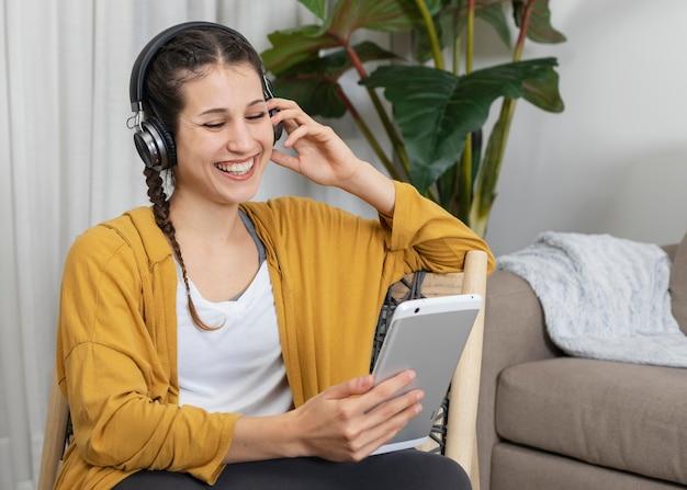 音楽を聴いているヘッドフォンを持つ女性