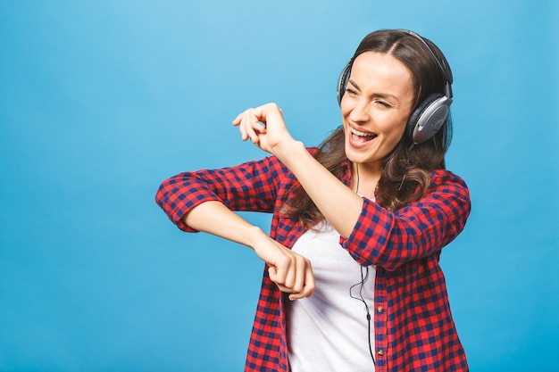 Женщина с наушниками, слушающая музыку