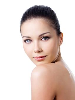 顔に健康な皮膚を持つ女性