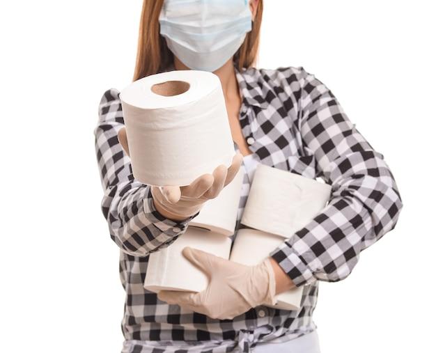 Женщина с кучей туалетной бумаги на белом фоне. понятие об эпидемии коронавируса