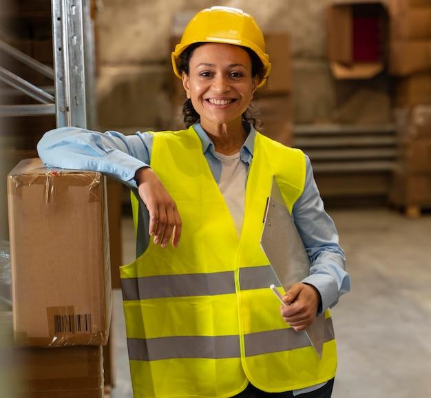 Женщина со шлемом, работающая на складе