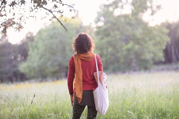 彼女のヨガツールで自然に戻る彼女の女性