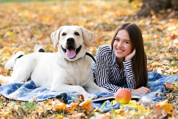 Женщина со своим лучшим другом в парке