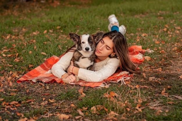 Женщина с собакой в осенних листьях