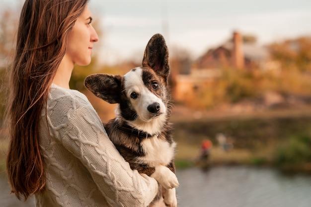 Женщина с собакой в осеннем парке