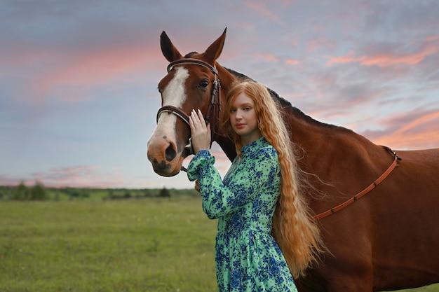 日没、秋に彼女の馬を持つ女性
