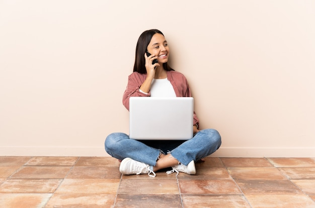 Женщина со своим ноутбуком