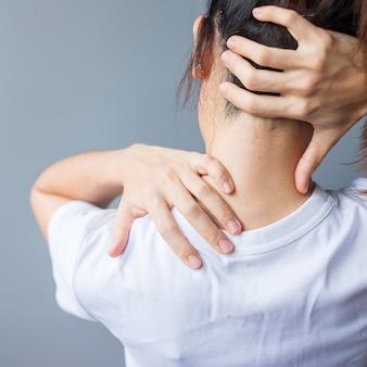 Женщина с растяжением шеи, боли в мышцах во время переутомления. девушка, имеющая проблемы с телом после пробуждения. жесткая шея, офисный синдром и эргономическая концепция