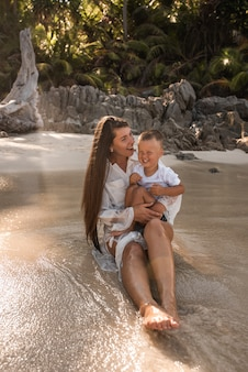 海岸で彼女の息子と女性