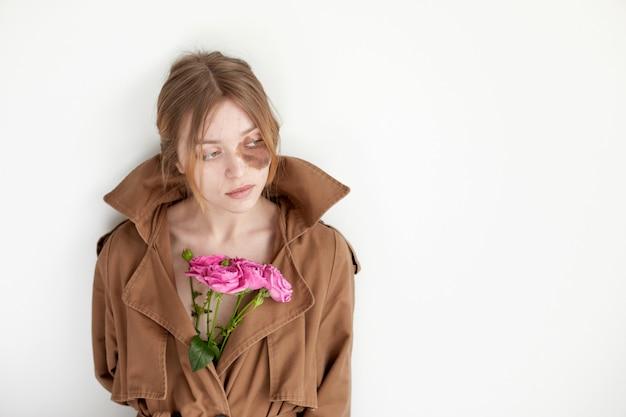 꽃으로 얼굴에 과다색소침착이 있는 여성