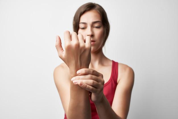 부상당한 팔 관절 통증 건강 문제 근접 치료를 가진 여자