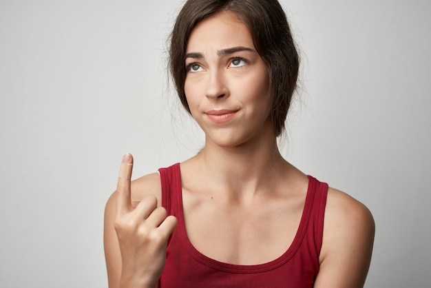 빨간 티셔츠 건강 문제 부상에 다친 손가락을 가진 여자