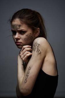 그녀의 몸 우울증 감정 어두운 배경에 비문을 가진 여자