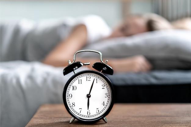 目を開けてベッドで横になっている不眠症の女性。早朝の時間。不眠症と睡眠障害。リラックスして睡眠の概念。眠くて疲れている。早起き。リラックスして睡眠の概念。