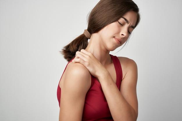 관절 통증이 있는 여성 빨간 티셔츠 건강 문제 약 류머티즘