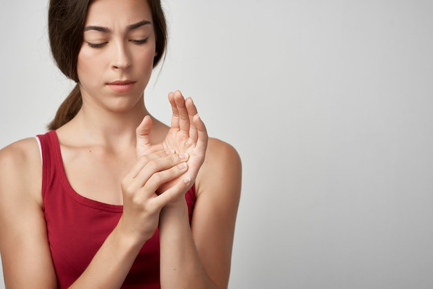 関節痛のある女性赤いtシャツ健康問題医学リウマチ