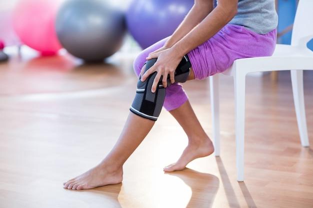 膝の怪我を持つ女性