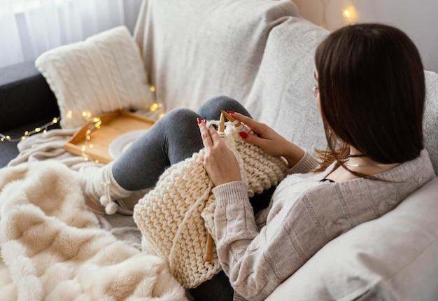 뜨개질 도구와 여자