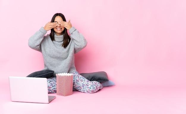 Женщина с ноутбуком, сидя на полу