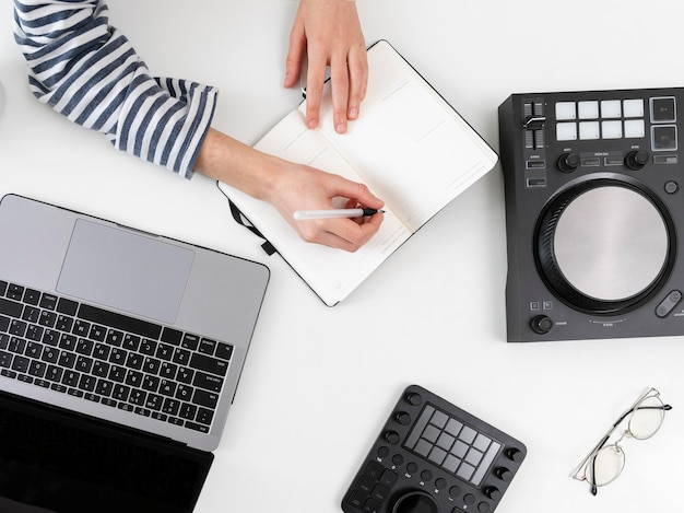 自宅で仕事をしているラップトップを持つ女性のクローズアップ
