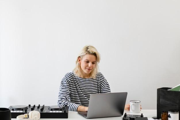 Donna con il computer portatile che lavora da casa