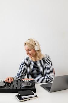 自宅で仕事をしているラップトップを持つ女性