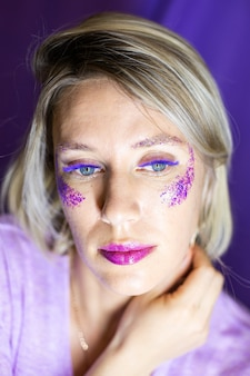 カラーまつげの大きくて美しい目を持つ女性