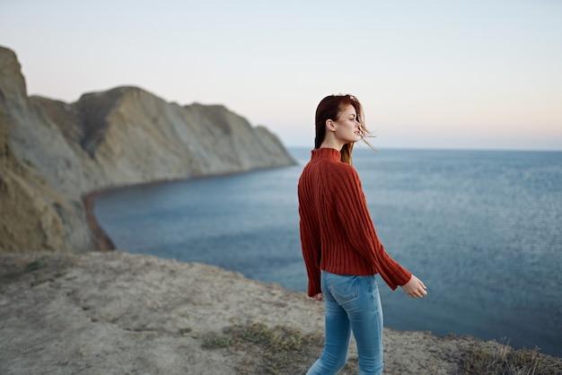Женщина с законом после жесткого отпуска горы пейзаж. фото высокого качества