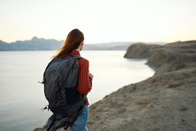 厳しい風景の山の休暇の後の法律を持つ女性