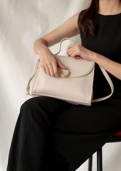 Женщина с кожаной модной сумкой