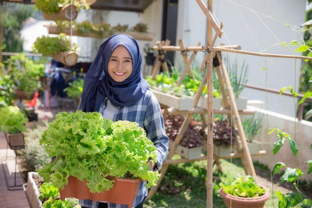 Женщина с салатом на ферме