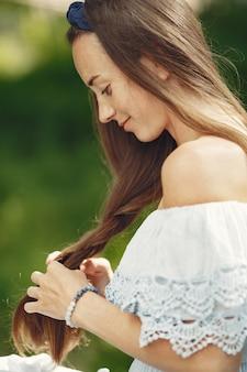 긴 머리를 가진 여자. 파란 드레스에 아가씨. 손길이 닿지 않은 자연을 가진 소녀입니다.