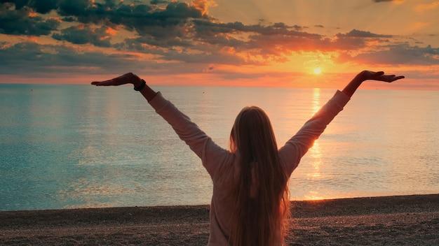 海に歩いて長い髪の女性