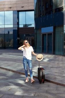夏の休日に荷物を持つ女性