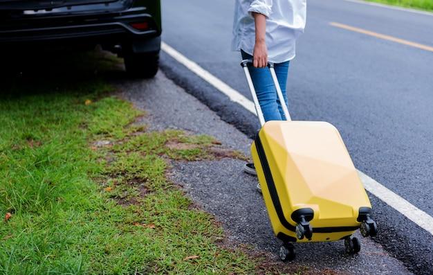 荷物を持つ女性。夏休みには一人旅やアウトドアアクティビティを一人で。社会的距離と新しい通常のライフスタイル。