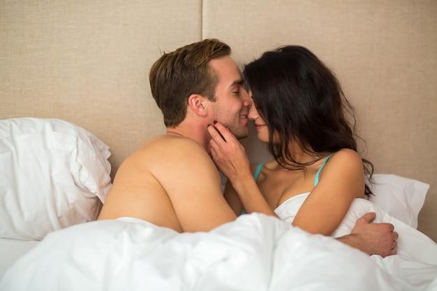 Женщина с мужчиной в постели.