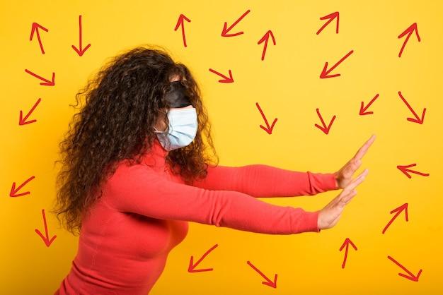 マスクと目隠しをした女性は正しい方法を見つけるのが難しい。不確実性の概念。