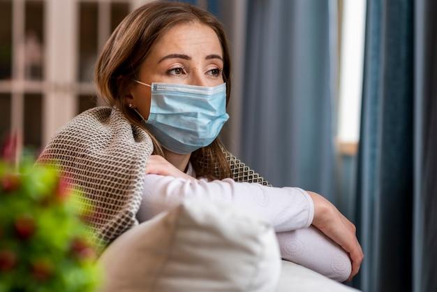 よそ見検疫にとどまるマスクを持つ女性