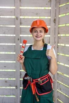 建設現場で水準器ツールを持つ女性