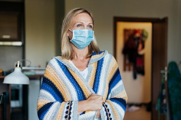 Женщина с медицинской маской в карантине дома