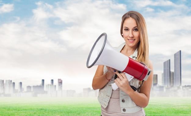 Donna con un megafono e uno sfondo della città Foto Gratuite