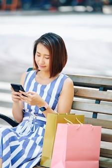 屋外で携帯電話を持つ女性