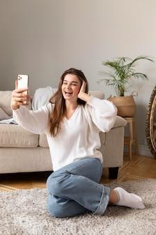 모바일 복용 selfie를 가진 여자