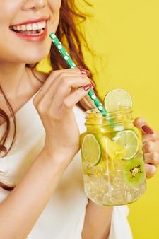 ノンアルコール飲料を持つ女性