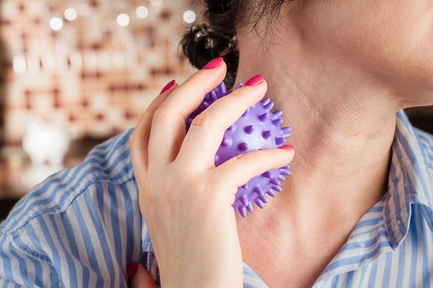 作業療法、剥離またはハリネズミのボールでマッサージを持つ女性