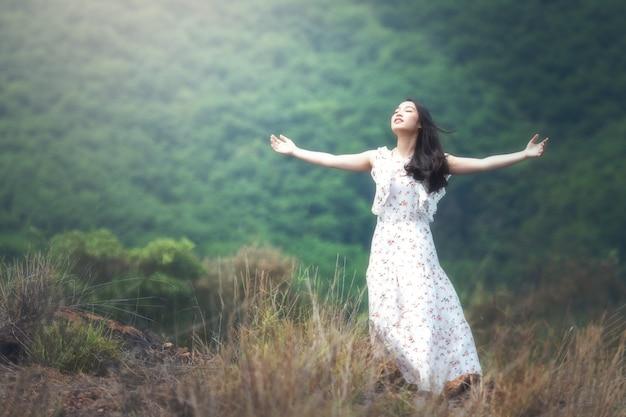 Женщина с распростертыми объятиями в воздухе